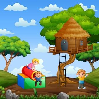 Счастливые дети играют вокруг дома на дереве ночью