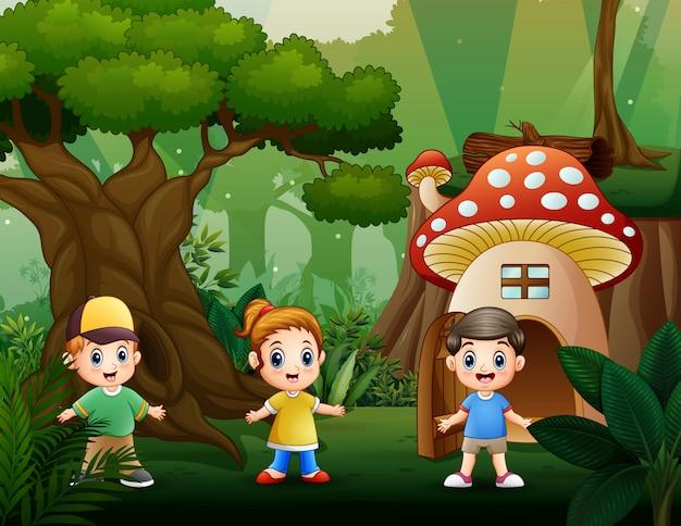 Счастливые дети играют в парке