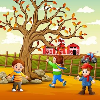 Счастливые дети играют внутри забора