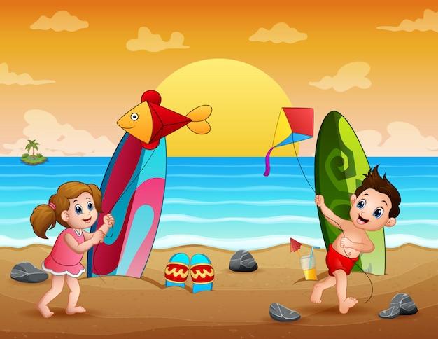 해변 그림에 연을 재생하는 행복한 아이들