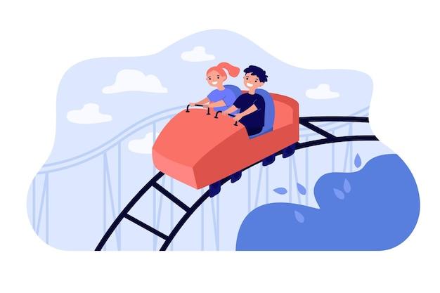 Счастливые дети, катающиеся на высоких американских горках