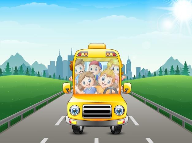 街の背景にバスで乗っているハッピーキッズ