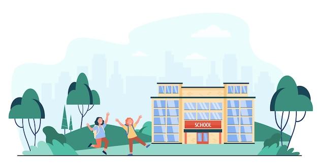 Bambini felici che corrono fuori vicino all'illustrazione piana di vettore isolata scuola. bambini del fumetto che vanno lungo la strada all'ingresso della scuola. concetto di educazione e infanzia