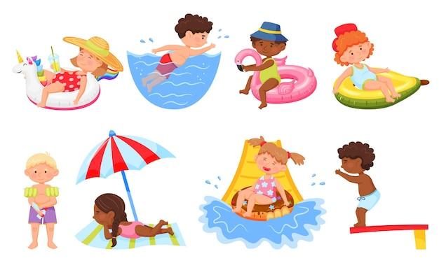 행복한 아이들은 자외선 차단제를 바르고 해변 세트에서 수영복을 입은 워터 슬라이드 만화 아이들을 수영합니다.