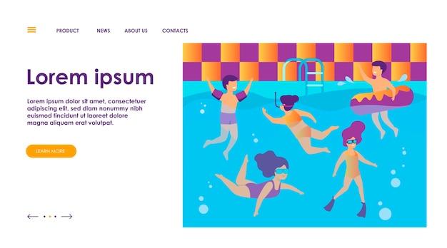 プールで泳いでいる幸せな子供たち。インフレータブルリングで水泳、ダイビング、フローティングを楽しむ水着姿の子供たち。友達のコンセプトで水泳教室、休暇、夏の活動に使用できます。