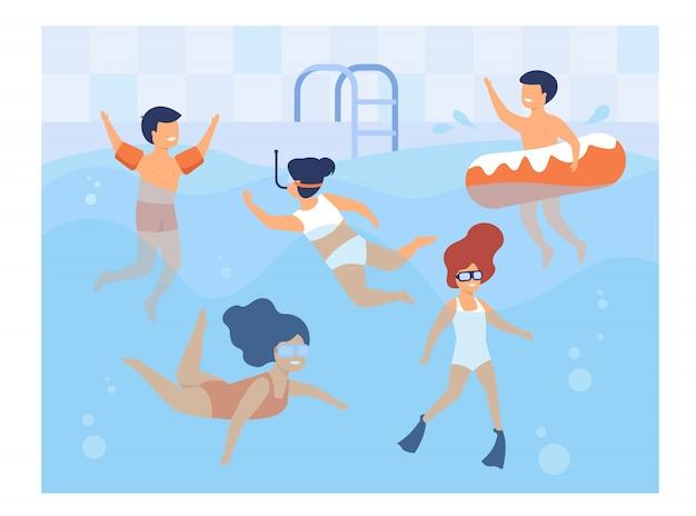 Счастливые дети купаются в бассейне