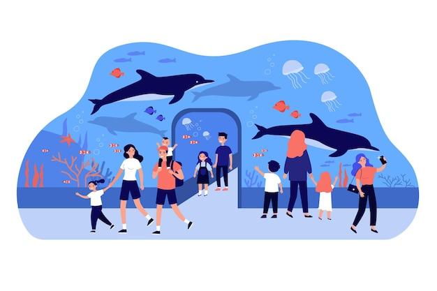Счастливые дети гуляют в океанариуме