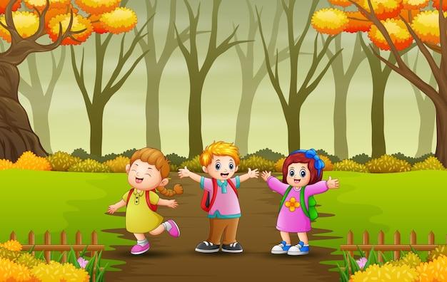 森の小道を歩く幸せな子供たち
