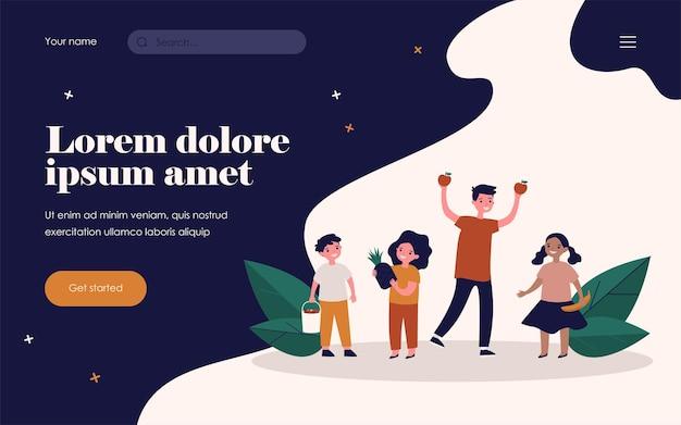 과일과 함께 행복 한 아이입니다. 바나나, 사과, 파인애플, 딸기 플랫 벡터 삽화를 들고 있는 아이들. 배너, 웹 사이트 디자인 또는 방문 웹 페이지를 위한 건강한 간식, 신선한 유기농 식품 개념