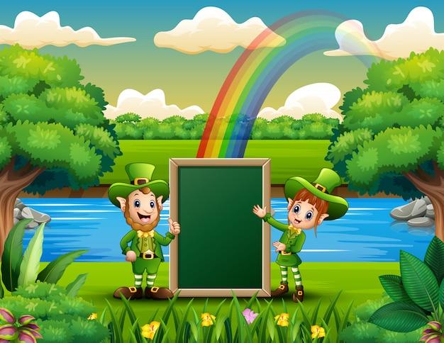 幸せなレプラコーン女の子と男の子のメッセージを空白のボードを保持