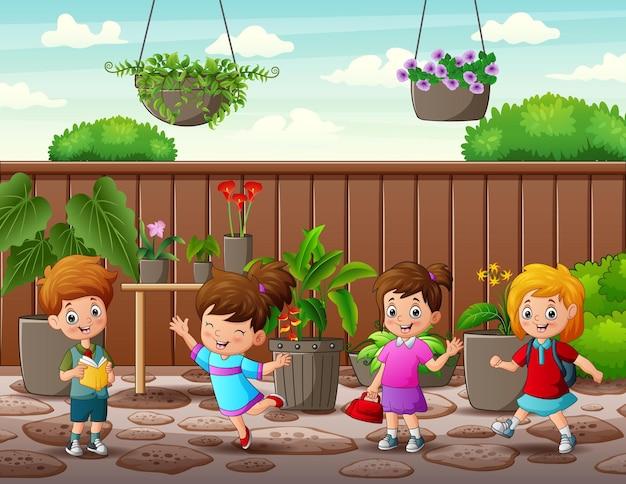 庭で幸せな小さな子供たち