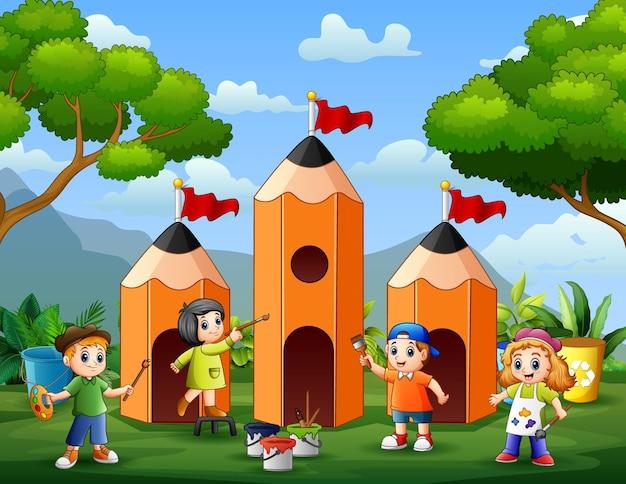 鉛筆の家を描く幸せな小さな子供たち