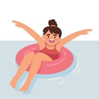Счастливая маленькая девочка плавает в бассейне