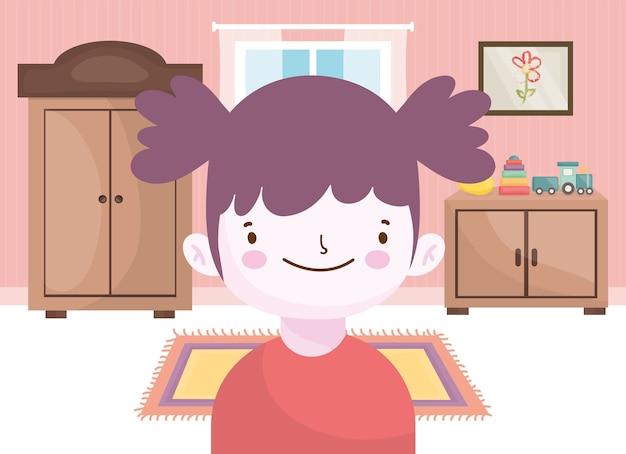 Счастливая маленькая девочка с игрушками в комнате