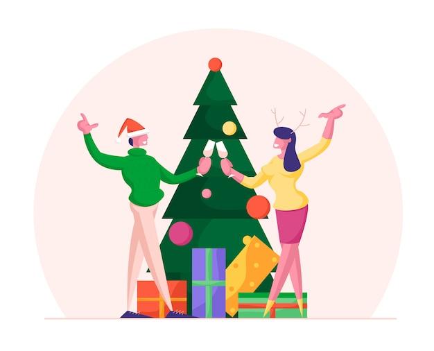 행복한 사랑의 부부 또는 동료가 크리스마스와 새해 파티를 축하합니다.