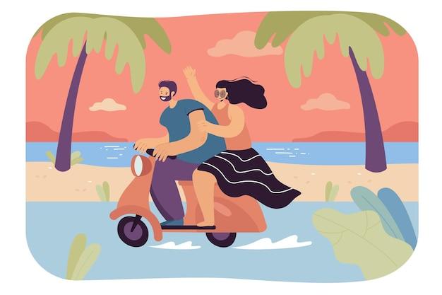 해변을 따라 오토바이를 타는 행복한 남자와 여자