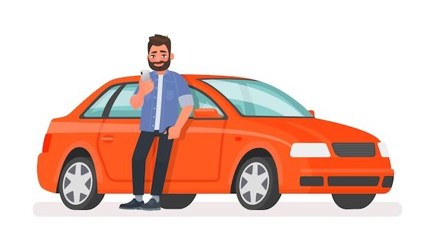 행복한 남자가 차 옆에 서서 스마트폰 화면을 보고 있다