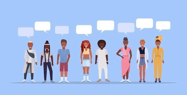 幸せな男性女性一緒に立ってチャットバブル通信人流行の服を着ている人男性女性漫画のキャラクター全長青い背景水平