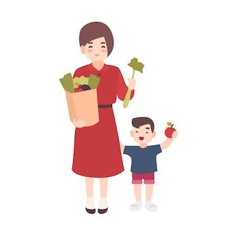 행복 한 엄마와 과일과 야채를 들고 작은 아들. 웃는 어머니와 그녀의 아이는 건강 식품을 나 릅니다. 귀여운 플랫 만화 캐릭터 흰색 배경에 고립입니다. 다채로운 그림.