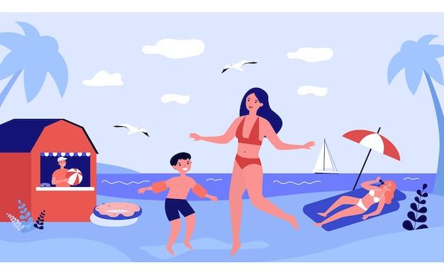 Счастливая мать и сын в купальниках на пляже. родитель и ребенок весело вместе на летней плоской векторной иллюстрации. отпуск, семейная поездка, концепция путешествия для баннера, дизайн веб-сайта или целевая веб-страница