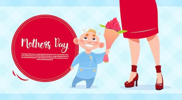 С днем матери, сын, дающий маме цветы, весенний праздник поздравительная открытка баннер