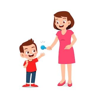 Счастливая мать дарит конфеты и сладости своему мальчику и девочке
