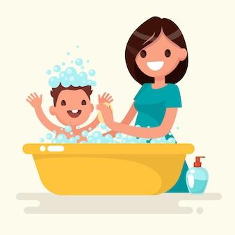 Счастливая мать моет своего ребенка. векторная иллюстрация в плоском стиле