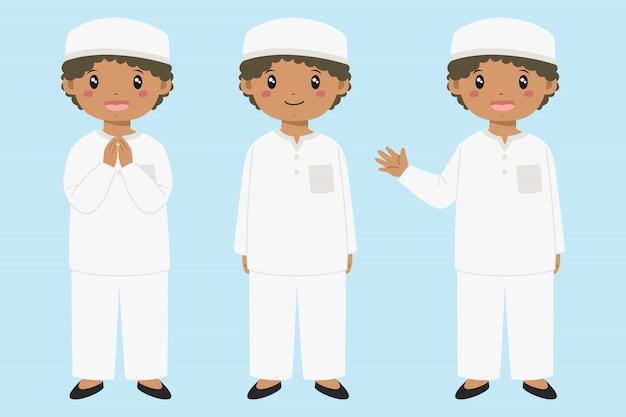 Счастливый мусульманский афро-американский мальчик улыбается и махнув рукой. набор символов мусульманских детей.