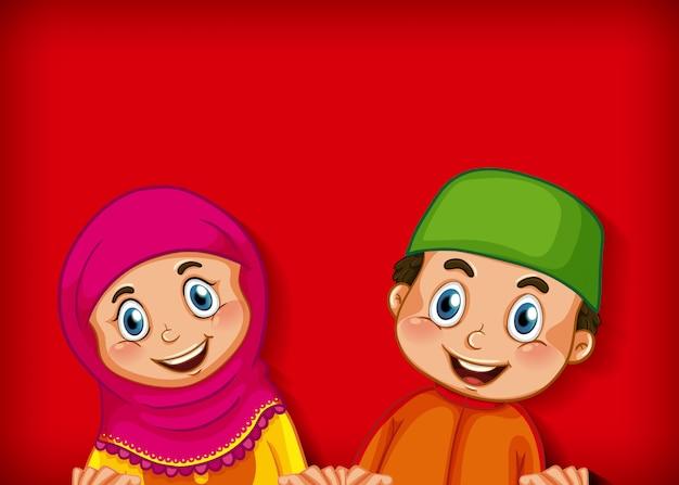 Felice coppia musulmana su sfondo sfumato di colore