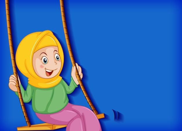 幸せなイスラム教徒の少女はブランコに座る