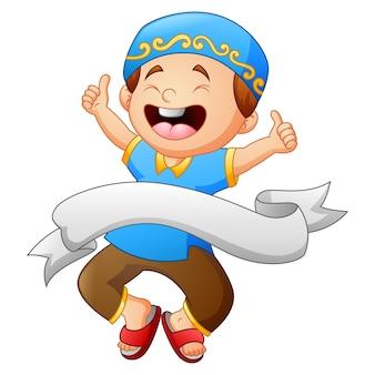 白いリボンで親指をあげているハッピーイスラム教徒の子供
