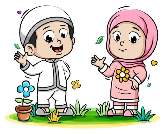 Счастливые мусульманские дети играют в парке