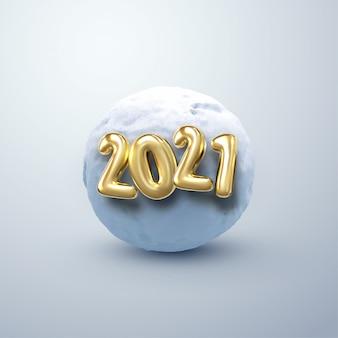 С новым 2021 годом. иллюстрация золотых 2021 номеров и реалистичный снежный ком. декоративный зимний элемент. замороженная холодная сфера.