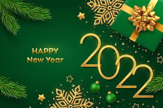 ハッピーニュー2022年。ギフトボックス、輝く雪の結晶、松の枝、星、ボール、緑の背景に紙吹雪と黄金の金属番号2022。新年のグリーティングカードまたはバナーテンプレート。ベクター。