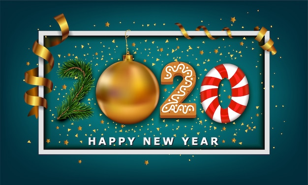 Номер happy new year 2020, сделанный из безделушки с золотым елочным шаром, элементов в виде полосок, печенья, конфет и рождественской елки