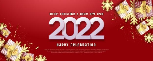 С новым годом 2022 с подарочной коробкой и золотым фоном снежинки