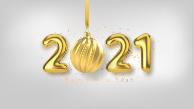 С новым годом фон с реалистичной золотой надписью и елочной игрушкой из золота на белом горизонтальном фоне.