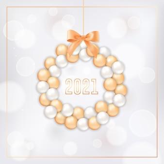 金と白のクリスマスボールで作られた花輪と金色のフレームと2021年のタイポグラフィで白いぼやけた背景に弓で新年あけましておめでとうございますグリーティングカード。招待状またはパンフレット、エレガントな新年のポストカード