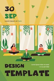 Impiegati felici che fanno yoga, che si siedono nella posa del loto sulle stuoie e meditano. modello di volantino