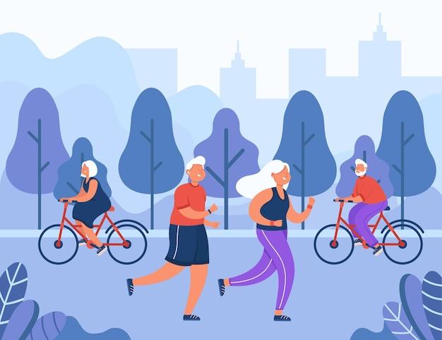 Счастливые пожилые люди занимаются спортом в городском парке