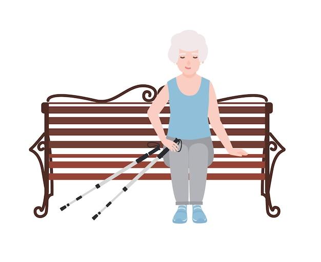 ノルディックウォーキング用のポール付きのベンチに座っているスポーツウェアを着た幸せな老婆。野外活動中は休憩または休憩してください。白い背景で隔離の漫画のキャラクター。ベクトルイラスト。