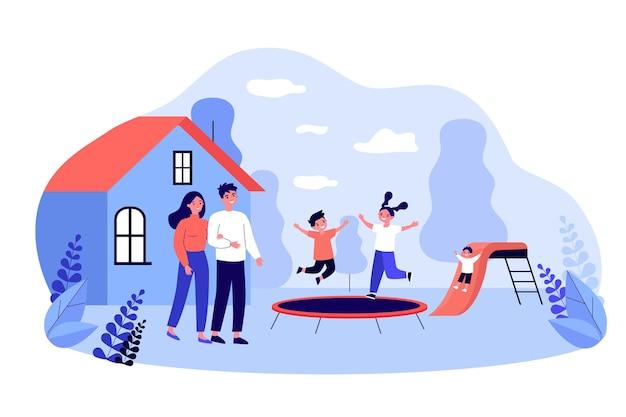 뒤뜰 놀이터에서 행복한 부모와 아이들. 평평한 벡터 삽화 밖에서 노는 아이들을 바라보는 부부. 가족, 배너, 웹 사이트 디자인 또는 방문 웹 페이지에 대한 어린 시절 개념