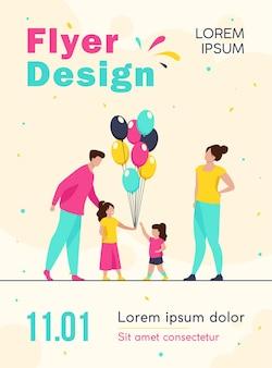 Счастливые родители и маленькие девочки с воздушными шарами флаер шаблон