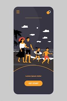 幸せな両親のカップルとモバイルアプリで海辺で夏休みを過ごす子供たち