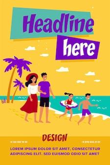 행복한 부모 부부와 해변에서 여름 휴가를 보내는 아이