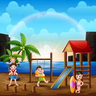 Счастливые люди играют на детской площадке рядом с пляжем