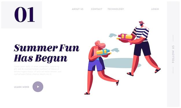 뜨거운 여름철 날씨에 물총으로 촬영하는 행복한 사람들. 웹 사이트 방문 페이지 템플릿