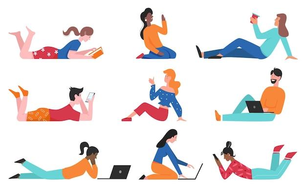 幸せな人々は床セットに座って、若い女の子と男は座って快適な時間を楽しんでいます