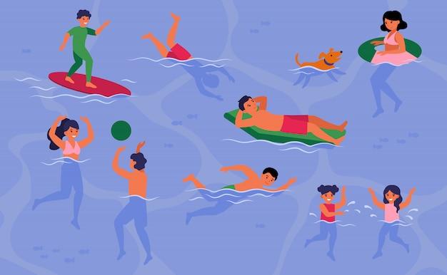 수영장이나 바다에서 수영하는 행복한 사람들