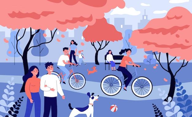 Счастливые люди гуляют в городском парке